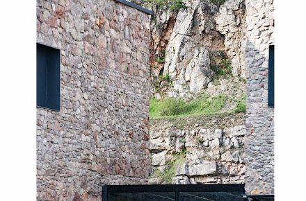 En las paredes exteriores, los albañiles han compuesto varias unidades con piedra de un determinado tamaño o forma.
