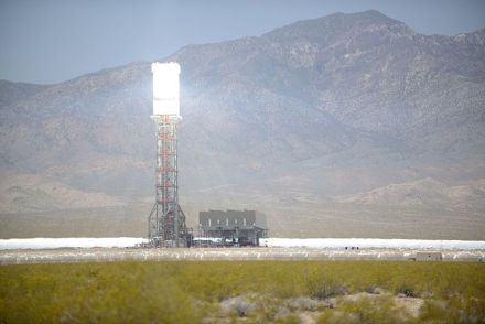 Ivanpah Solar Power Facility, USA: The heat, even on the scale of large solar energy reactors, is suitable for lime as well. Photo: Aioannides / Wikimedia Commons