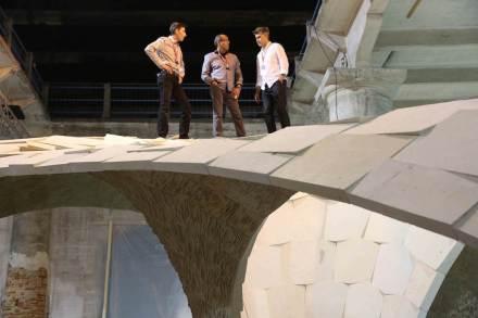 Selbstversuch auf dem Armadillo Vault: (v.l.n.r.) Matt Escobedo (General Manager von Escobedo, und David's Sohn), David Escobedo (Eigentümer der Escobedo Group) und Alejandro Aravena (Kurator der Biennale). Philippe Block steht auf dem Foto vermutlich hinter der Kamera.