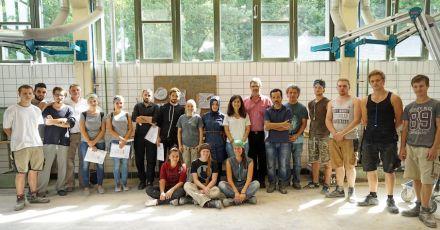 Die türkischen Studenten und Professoren zusammen mit deutschen Lehrlingen und Lehrern in der Werkstatt des EFBZ.