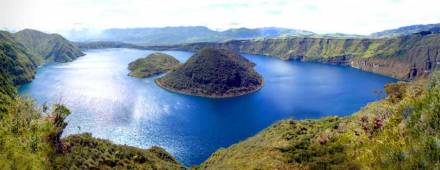 Laguna Cuicocha in Ecuador, the caldera of a volcanic eruption. Foto: Andreas D. / Wikimedia Commons