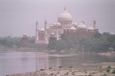 Das Taj Mahal, gesehen vom Roten Fort über den Yamuna River. Foto: Airunp / Wikimedia Commons