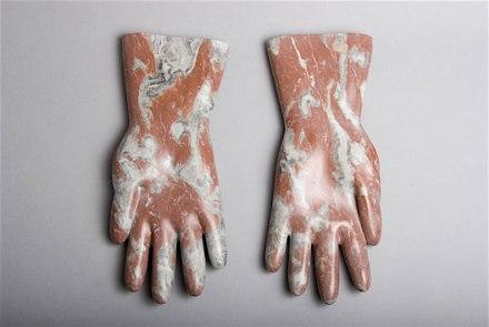 "Rosa Brunner: ""Gummihandschuhe"" (Luvas de Borracha), Mármore, 32 cm de comprimento."