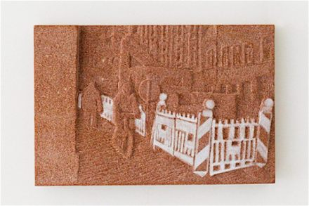 "Rosa Brunner: ""Bauzaun"", (Recinzione di Cantiere) 5 sezioni, ogni una 20 x 30 cm, pietra arenaria."