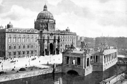 Berliner Stadtschloss und Nationaldenkmal um 1900. Das Denkmal des Kaisers stand aus dieser Perspektive hinter den Kolonnaden. Foto: Wikimedia Commons