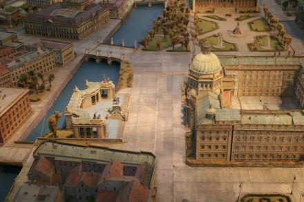 Das Stadtmodell, zu sehen in der Humboldtbox, zeigt links vom Schloss das ehemalige Einheitsdenkmal mit den Kolonnaden dahinter. Auf der anderen Spreeseite angeschnitten Schinkels Bauakademie mit der Backsteinfassade.