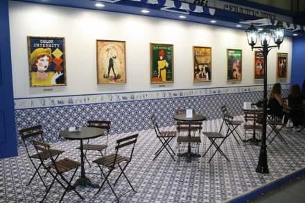 "Even classical tiles and even the posters at the wall are copied as ceramics based on printing. <a href=""http://www.efi.com/de-de/products/inkjet-printing-and-proofing/cretaprint-ceramic-tile-printers/""target=""_blank"">Cretaprint</a>."