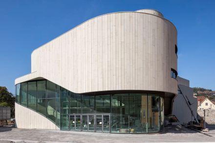 Il 1° premio è andato al gruppo di lavoro Hascher Jehle Architektur / Mitiska Wägerarchitekten per il Montforthaus nella città di Feldkirch.