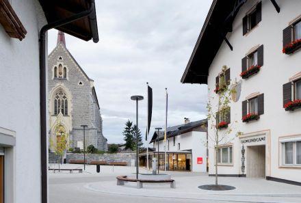 El segundo premio: La comunidad de Stans nunca había tenido un centro, ya que carecía de plaza del pueblo. Gracias a los arquitectos de Gsottbauer architektur.werkstatt, ahora cuenta con una plaza adoquinada tradicional.