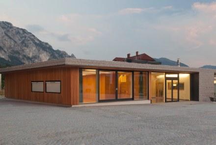Un altro premio di eccezione è andato agli sps Architekten per la nuova costruzione degli edifici per il centro comunale e dei vigili del fuoco di Steinbach. Sulla facciata sono state utilizzate dei gabbioni, sul tetto c'è della graniglia nello stesso materiale.