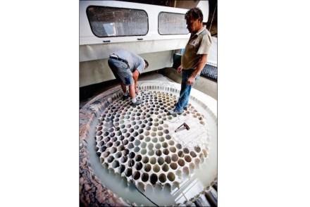 La forma de la cubeta se consiguió mediante 490 perforaciones.