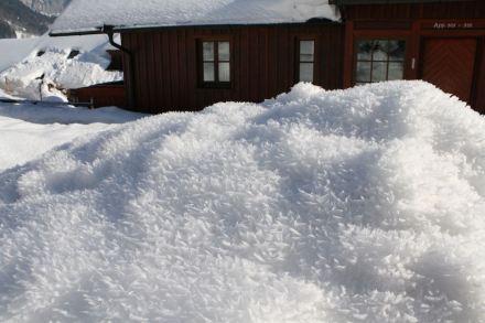 Schneekristalle können im Wechsel von Erwärmung tagsüber und Frost in der Nacht zu bizarren Formen wachsen.