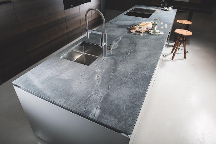naturstein f r k chenarbeitsplatten keine angst vor farbe und struktur stone. Black Bedroom Furniture Sets. Home Design Ideas
