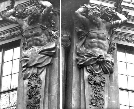 Historische Aufnahmen der Hermen am Portal V des Berliner Schlosses: links Frühling, rechts Sommer. Quelle: Stiftung Preußische Schlösser und Gärten