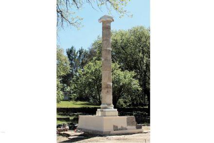 Die wieder aufgerichtete Nordsäule des Ptolemäerweihgeschenks in Olympia. Foto: DIA