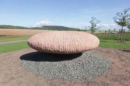 """Kunstwerk am dem Skulpturenweg: """"Bogenbündel"""" von Rüdiger Krenkel. Foto: Verein Skulpturen Rheinland-Pfalz e.V."""