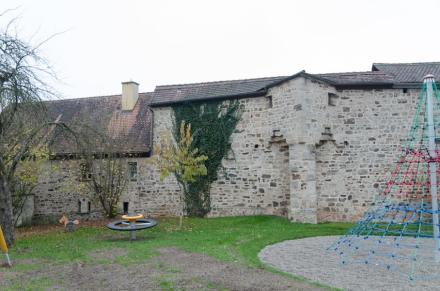 Stadtmauer FeuchtwangenEin Zeugnis mittelalterlicher Befestigungskunst ist Feuchtwangens Stadtmauer. Das Foto zeigt den intakten Teil Hintere Spitzenberg. Foto: Tilman2017/ Wikimedia Commons