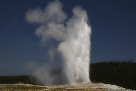Verlässlich beinahe wie ein Uhrwerk: Old Faithful im Yellowstone Nationalpark. Foto: Niagara 66 / Wikimedia Commons