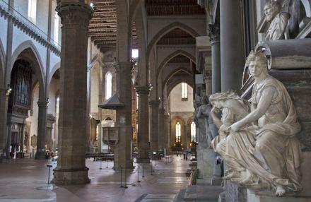 Seitengang der Kirche, vorne rechts das Grab.