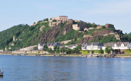 Ehrenbreitstein with Prussian fortress on top. Photo: Harke / Wikimedia Commons.