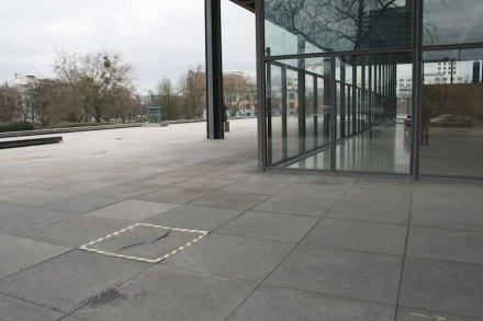 Schäden an den Granitplatten vor dem Gebäude. Foto: Peter Becker
