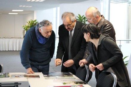 Die Jury bei der Vorauswahl der Entwürfe, die den Firmen präsentiert wurden.