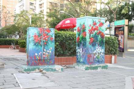 Details of the city embellishment are the boxes in the streets decorated with beautiful paintings...
