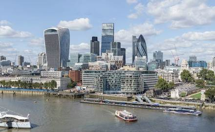 """Glasfassaden beherrschen die Skyline von London. """"The Gherkin"""" ist das Gebäude rechts mit der gebogenen Form. Foto: Colin / Wikimedia Commons"""