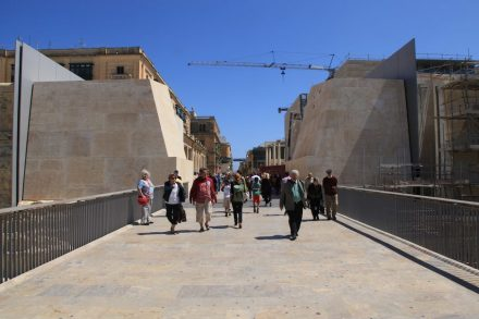 City Gate, La Valletta, während der Bauarbeiten (2014), noch ohne die beiden 25m hohen Masten. Foto: Frank Vincentz / Wikimeda Commons