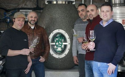 The Ànforum-Team (l.t.r.): Santiago Roma (R&D&I, in-house wine technician), Cayetano Otero (vintner), Martin Busto (sales manager), Alexandre García (designer), Fernando García (general manager and technician-in-chief). Photo: Monica Irago / La Voz de Galicia