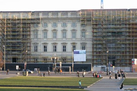 A small part of the façade already shows how the Humboldtforum will look from outside.