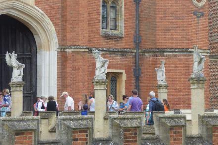 Der Haupteingang zum Hampton Court Palace. Foto: Eliott Brown / Wikimedia Commons