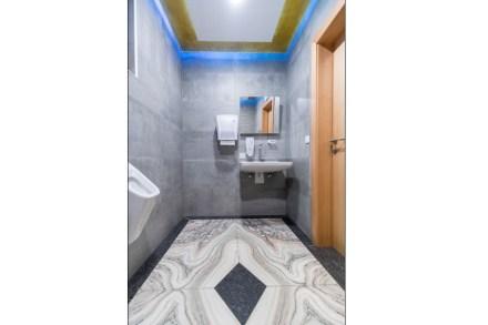 Steinmetzmeister Michael Egger: Flooring in a private lavatory.