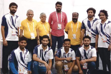 Mitglieder der Jury und Teilnehmer an dem Wettbewerb. Vikram Rastogi (hinten, 3. v. li.), Nilabh Gangwar von SkillsIndia (hinten, 4. v. li.).