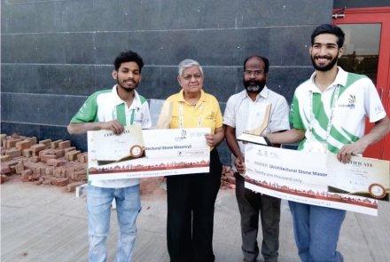 (v.l.n.r.) Mr. Kuldeep, 2. Preis; Vikram Rastogi; M. Manmadha Rao, Jurymitglied; Dahim Yaseen Bhat, 1. Preis.