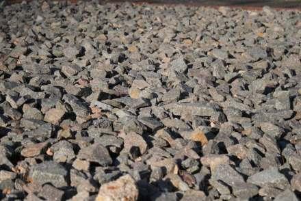 Schotter (im Bild) und Kies sind wichtige Materialien für die Wirtschaft.