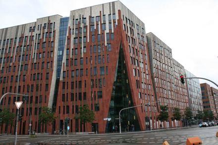 """Ein Beispiel für Naturstein an einem Hamburger Neubau: das <a href="""" https://www.stone-ideas.com/21595/architektur-ideen-fur-mauern-fassaden-und-boden-5/""""target=""""_blank"""">Sumatrakontor</a> von Architekt Erick van Egeraat in der Hafen City."""