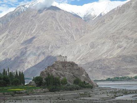 Das Foto eines Tempels im Nubratal im indischen Ladakh gibt einen Eindruck von der Höhe und den steilen Hängen in diesem Teil des Himalayas. Foto: Wendy Bohon