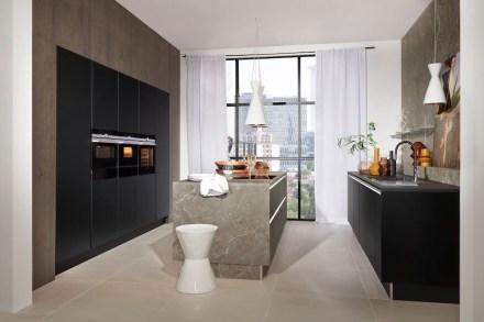 """AMK: """"Trendthemen Marmor & Schwarz: in dieser attraktiven Küche wurden zwei hochwertige Schichtstoffe perfekt miteinander kombiniert – in Marmor-Optik und Schwarz softmatt."""""""