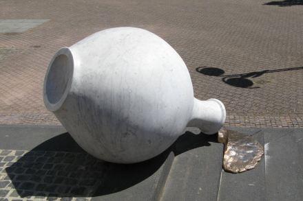 """""""Flow"""", Marmor und Bronze, von Michaela Biet, aufgestellt in Hofheim am Taunus. Foto: amras.wi / <a href=""""https://commons.wikimedia.org/""""target=""""_blank"""">Wikimedia Commons</a>"""