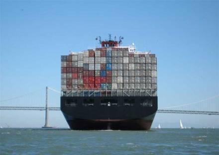 "Was bedeuten die neuen IMO-Regeln für den internationalen Containertransport per Schiff? Foto: Mgunn / <a href=""https://commons.wikimedia.org/""target=""_blank"">Wikimedia Commons</a>"