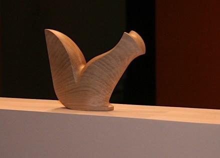 Tierfigur in Holz, abstrahiert und dennoch unverkennbar.