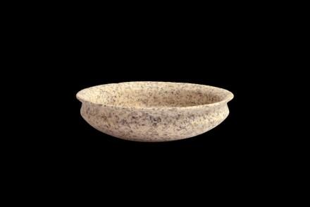 Schale mit nach außen gebogenem Rand. Monzogranit oder Granodiorit. 4.- Mitte 5. Dynastie (ca. 2600-2400 v. Chr.). H. 6,3 cm; B. 22,6 cm.