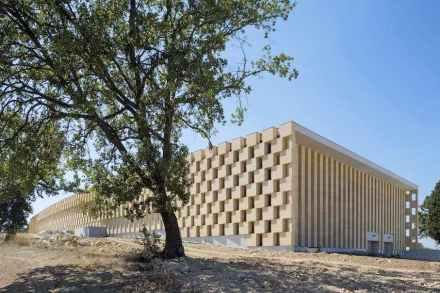 Fassade aus Kalkstein Pont du Gard für das Weingut Les Domaines Ott.