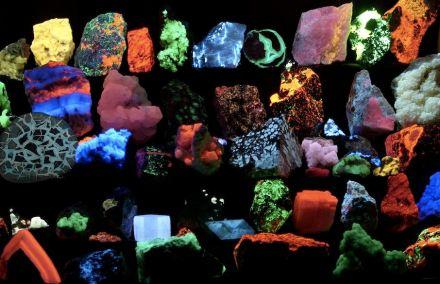 """Manche Minerale zeigen sich im UV-Licht mit ganz ungewöhnlichen Farben. Foto: Hannes Grobe, AWI / <a href=""""https://commons.wikimedia.org/""""target=""""_blank"""">Wikimedia Commons</a>"""