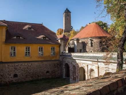 """Zugang zum Kunst-Campus der Hochschule Giebichenstein zu Füßen der Oberburg mit dem markanten Turm. Foto: Burghard Kunst / <a href=""""https://commons.wikimedia.org/""""target=""""_blank"""">Wikimedia Commons</a>"""