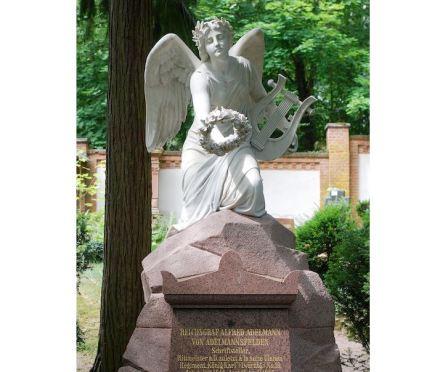 """Das Grab von Alfred Adelmann von Adelmannsfelden auf dem Nordfriedhof Wiesbaden nach der Restaurierung 2018. Foto: amras.wi / <a href=""""https://commons.wikimedia.org/""""target=""""_blank"""">Wikimedia Commons</a>"""