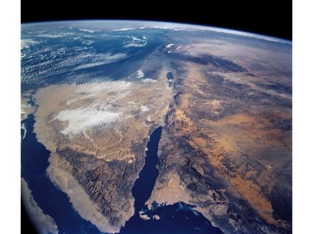 """Photo of the Dead Sea Rift showing the Sinai Peninsula at the left and the Gulf of Eilat-Aqaba in the center. In the prolongation of the Gulf follows the Dead Sea and the Jordan valley. The photo was taken by astronauts on board Space Shuttle Columbia in July 2016. Source: Nasa / <a href=""""https://commons.wikimedia.org/""""target=""""_blank"""">Wikimedia Commons</a>"""