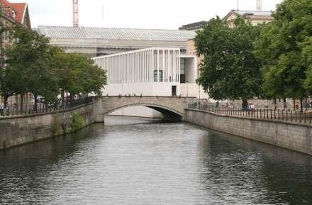 Blick von der Schlossbrücke auf die James-Simon-Galerie. Foto: Peter Becker