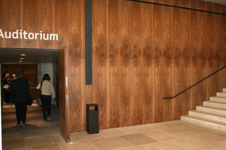 Holzverkleidung im Eingang im Erdgeschoss. Foto: Peter Becker